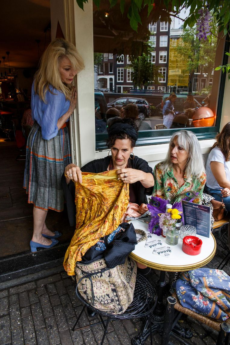 Na afloop bij café Finch laten de vrouwen, onder wie Billy Salezius-Beer (boven) en Nanny de Bruin, elkaar hun trofeeën zien. In het midden Carien Reugebrink Beeld Carly Wollaert