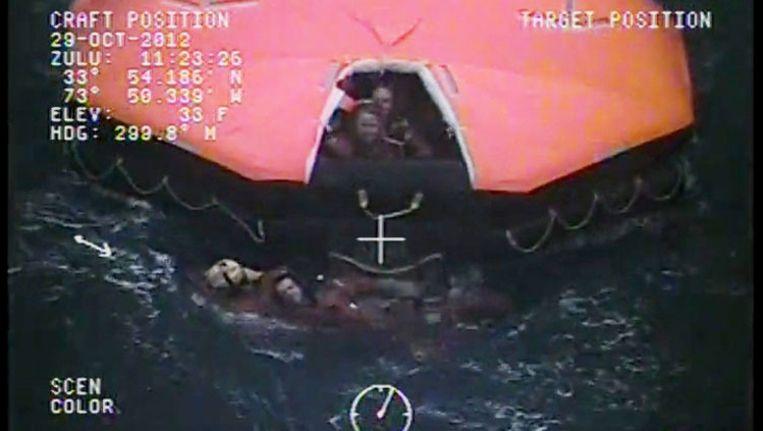 De reddingshelikopter heeft veertien bemanningsleden kunnen redden. Twee opvarenden blijven vermist.