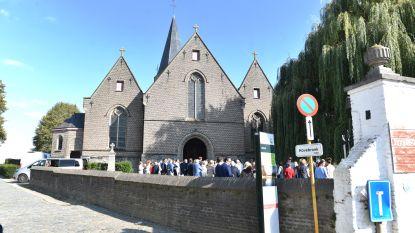 Verkiezingsborden aan kerk van Nokere wijken voor trouwpartij
