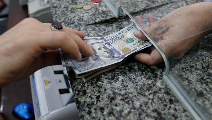 Een man wisselt zijn lira's in tegen Amerikaanse dollars in Istanboel.