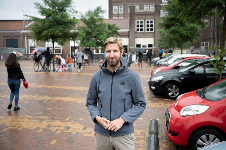 Fietsprofessor Marco te Brömmelstroet op het schoolplein van zijn dochter. Beeld Bram Petraeus