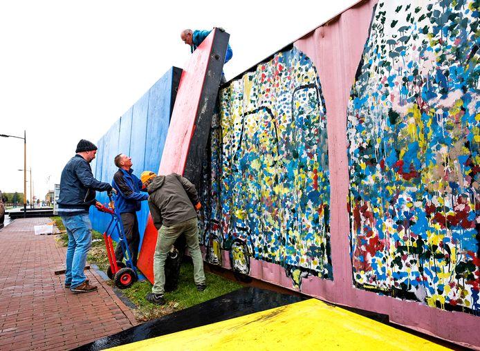 Op het Berlijnplein wordt de 'Berlijnse Muur' gebouwd. Vanaf dinsdag gaan basisschoolleerlingen uit Leidsche Rijn hiermee aan de slag.