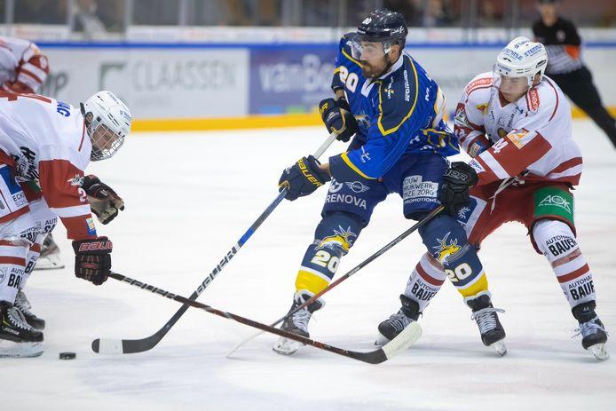 Mitch Bruijsten (m.) in gevecht met Regensburg Eisbären