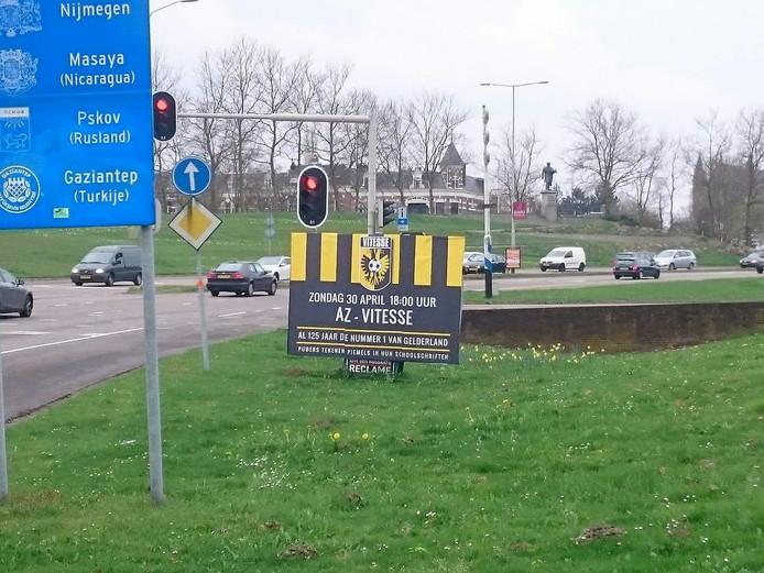 Het NEC-bord in Nijmegen kondigt de bekerfinale tussen Vitesse en AZ aan.