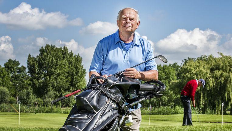 Voorman van de `vrije golfers' Wim Rijkaart van Cappellen op het groen van golfbaan Hitland in Nieuwerkerk aan den IJssel, waar Golflink zijn thuisbasis heeft.' Beeld Raymond Rutting / de Volkskrant