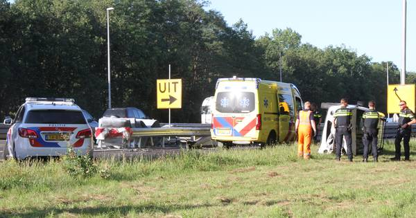 Afslag Markelo dicht door ongeval op A1: bestuurder gewond.