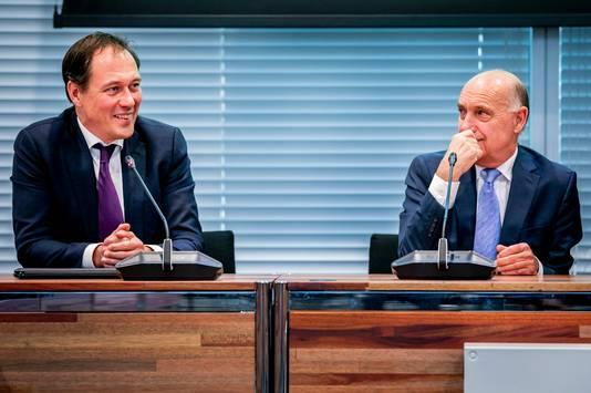 Tom de Bruijn (R), de nieuwe formateur van het Haagse stadsbestuur, geeft een persverklaring over de formatie samen met wethouder Boudewijn Revis.