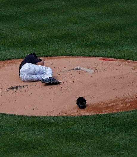 Un lanceur se prend une balle en pleine tête dans un match de baseball