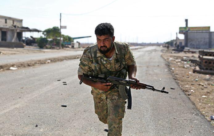 Syrische strijder, gesteund door Turkije, tijdens gevechten in Ras al-Ain met soldaten van Syrian Democratic Forces (SDF).