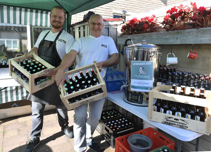 Pjotr (links) en Ko Minderhoud houden ontvangst in hun huisbrouwerij in Oost-Souburg.