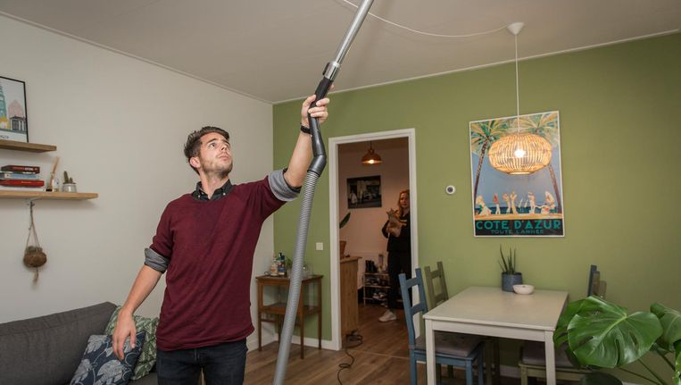 Tiemen Jansen zuigt zodra hij uit zijn werk komt de muggen op. Vriendin Maibritt Achilles kijkt toe. Beeld Dingena Mol