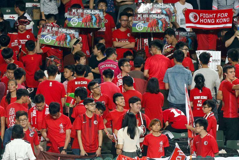 Bij een wedstrijd tussen Hongkong en Libanon draaiden Hongkong-fans zich om en klonk luid boegeroep tijdens het spelen van het Chinese volkslied. Beeld REUTERS