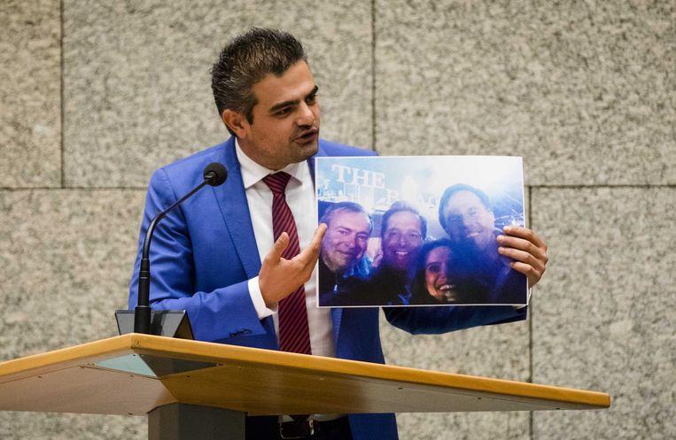 Tunahan Kuzu (DENK) laat een foto zien van feestende VVD'ers, vlak voordat het besluit over de kinderen Lili en Howick zou vallen.  Beeld ANP