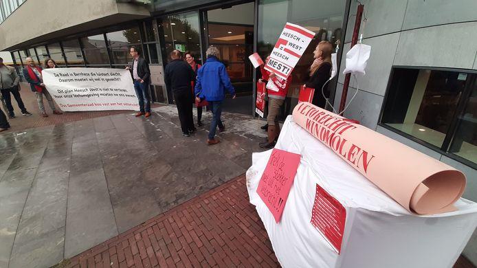 Omwonenden van Heesch West protesteerden ook woensdagavond tegen de plannen, dit keer bij het gemeentehuis van Bernheze.