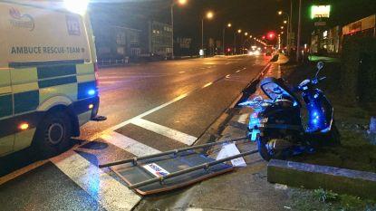 Bromfietsster botst tegen omgewaaide signalisatie en raakt lichtgewond