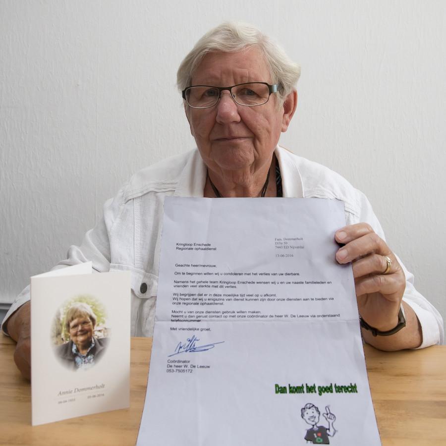 Rikie Dommerholt toont de gewraakte brief van de kringloopwinkel. 'Hoe respectloos kun je zijn?', vraagt ze zich af