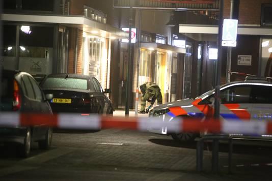 De Explosieven Opruimingsdienst bekommert zich maandagochtend 13 januari over de handgranaat.