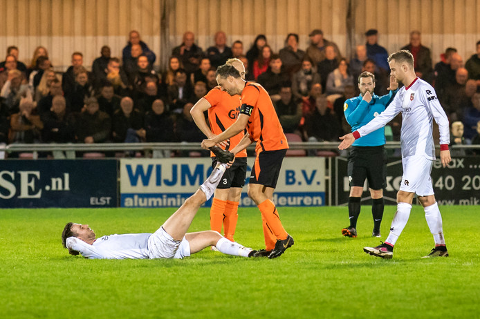 Fair play in de derby: Kramp bij een speler van SC Bemmel. Hulp van tegenstander Stef Bijer.