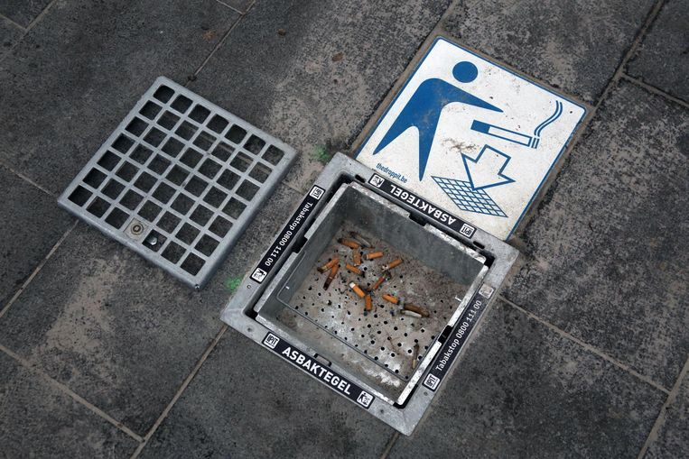 Op verschillende pleinen in Kortrijk vind je deze asbaktegels.