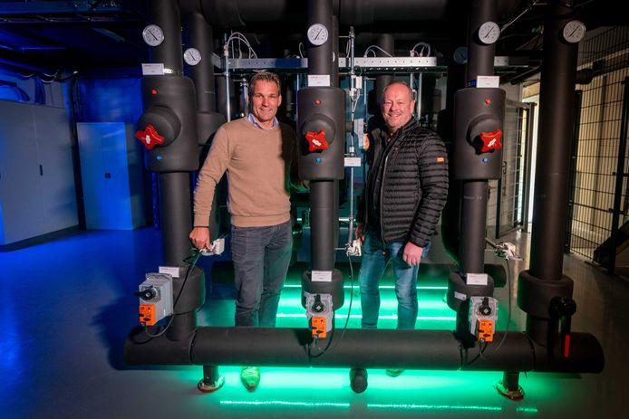 Bas Brüll (l) en Peter Maronier van E-Unit in het hart van de energiecentrale van het nieuwe bedrijfsverzamelgebouw in Arnhem-Noord.