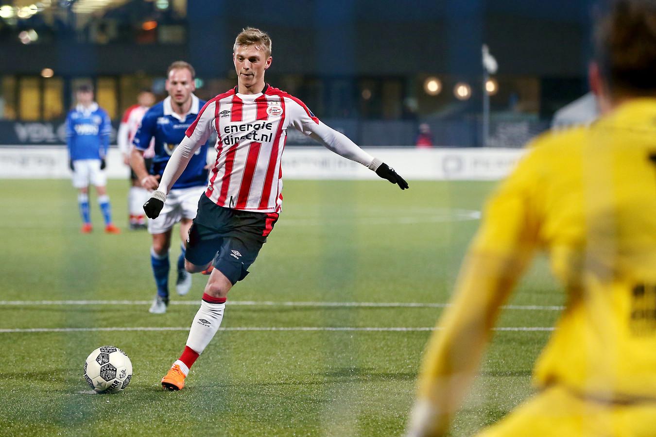 Albert Gudmundsson maakt de 1-0 voor PSV in het duel met FC Den Bosch.