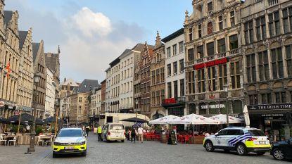 """Cafégangers en passanten opgeschrokken door gelost schot op Grote Markt: """"Hij liet zijn pistool vallen in zijn klungelige vlucht, tot twee maal toe"""""""