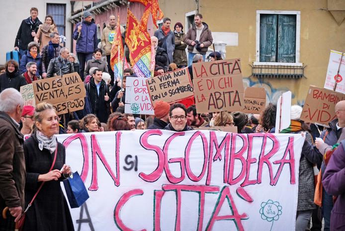 Inwoners van Venetië protesteren tegen de verkoop van woningen aan bedrijven. De burgers vechten tegen de verkoop van de stad aan instellingen, omdat ze bang zijn dat de stad wordt omgetoverd tot een pretpark zonder sociale plekken voor de bewoners. Foto Manuel Silvestri