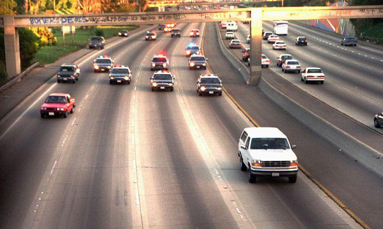 1994: de witte Ford Bronco, met achter het stuur Al Cowlings en achterin O.J. Simpson, wordt achtervolgd door politie-auto's op de Interstate 710 in Los Angeles. Beeld Joseph R. Villarin / AP
