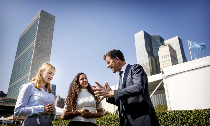 Hajar Yagkoubi (midden), jongerenvertegenwoordiger bij de VN, spreekt na de officiële opening van de Klimaattop bij de Verenigde Naties (VN) in New York met premier Mark Rutte.