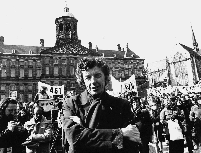 20 maart 1980: FNV-voorzitter Wim Kok op de Dam te Amsterdam, waar een grote demonstratie tegen het loonbeleid van de regering gehouden is. Beeld null