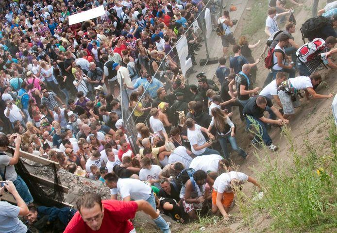 Honderden bezoekers van het techno-evenement in Duisburg raakten op 24 juli in de verdrukking bij de ingang. Het resultaat: 21 doden en 600 gewonden.