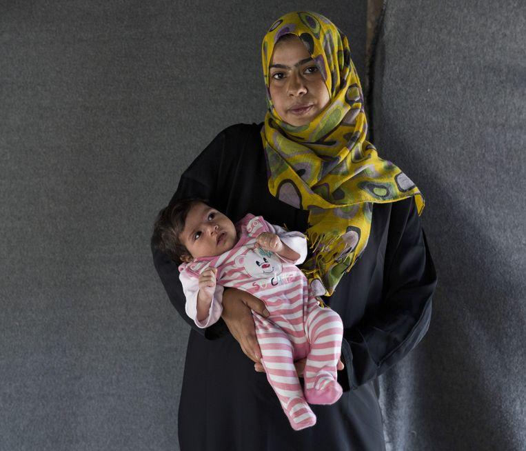 Asmaa met haar dochter Jana. Beeld Petros Giannakouris / AP