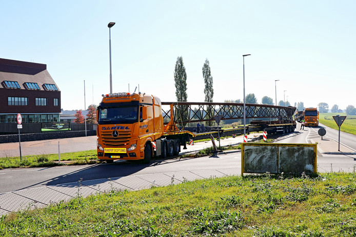 Omvangrijk transport op de rotonde bij het gemeentehuis in Wijhe. Op de achtergrond de tweede vrachtwagen met lange lading.