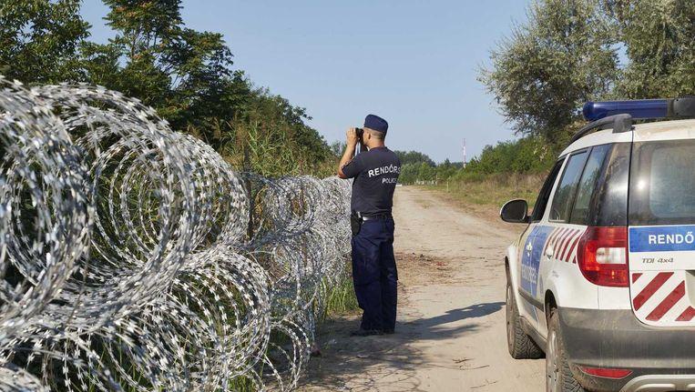 Hongaarse agenten bij de Servisch-Hongaarse grens. Beeld anp