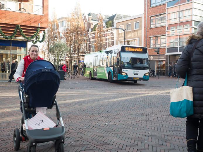 Shared space op de kruising Pieter Doelmanstraat, Castellumstraat en Julianastraat in het centrum van Alphen aan den Rijn. Deze bus rijdt stapvoets. FOTO MARTIN SHARROTT