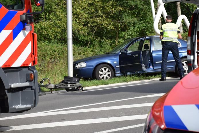 De fiets en de auto kwamen hard in botsing op de Rijksweg bij Beek.