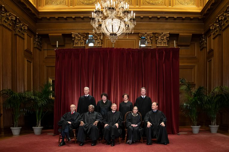 De leden van het Amerikaanse Hooggerechtshof. Zittend van links naar rechts: Stephen Breyer, Clarence Thomas, John G. Roberts, Ruth Bader Ginsburg en Samuel Alito Jr. Rechtopstaand van links naar rechts: Neil Gorsuch, Sonia Sotomayor, Elena Kagan en Brett M. Kavanaugh.