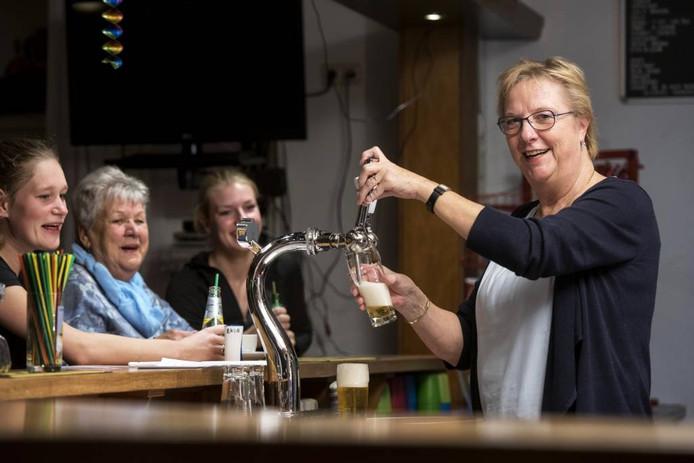 Gerda Tangerink trekt de tap open in de kantine van EKCA. foto Gerard Burgers