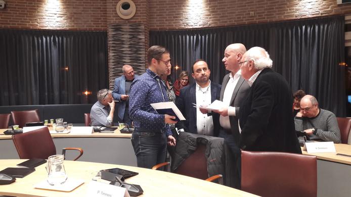 De nieuwe fractie Lokaal Meierijstad tijdens een schorsing in het extra raadsdebat over de breuk van Team Meierijstad.