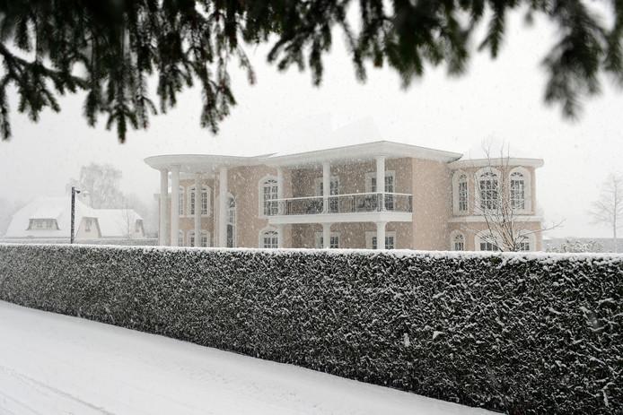 De gigantische villa die Marcel van Hout liet bouwen toen hij nog samen was met Jouhara A. Zij erfde na zijn dood het riante optrekje en zette het te koop.