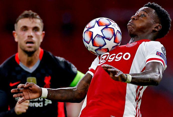 Ajax-aanvaller Quincy Promes in actie tegen Liverpool in de verloren heenwedstrijd.