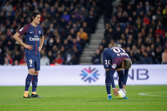 Cavani kijkt geërgerd toe terwijl Neymar aanlegt voor een vrije trap.