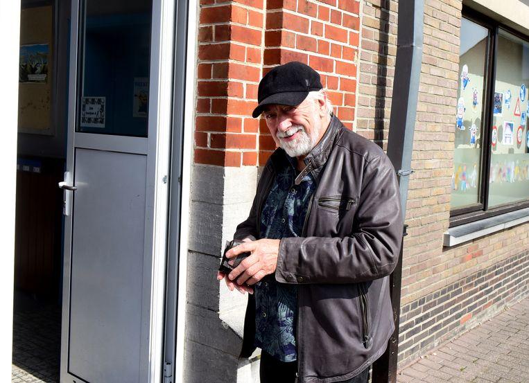 Urbanus voor het stembureau, op zoek naar zijn identiteitskaart.