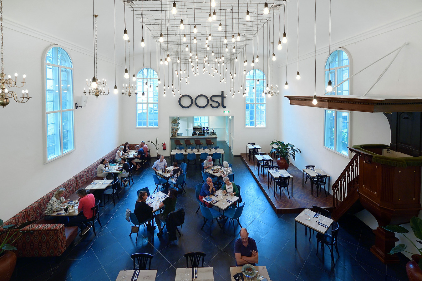Restaurant Oost zit in een voormalige kerk aan de Bloemenmarkt.
