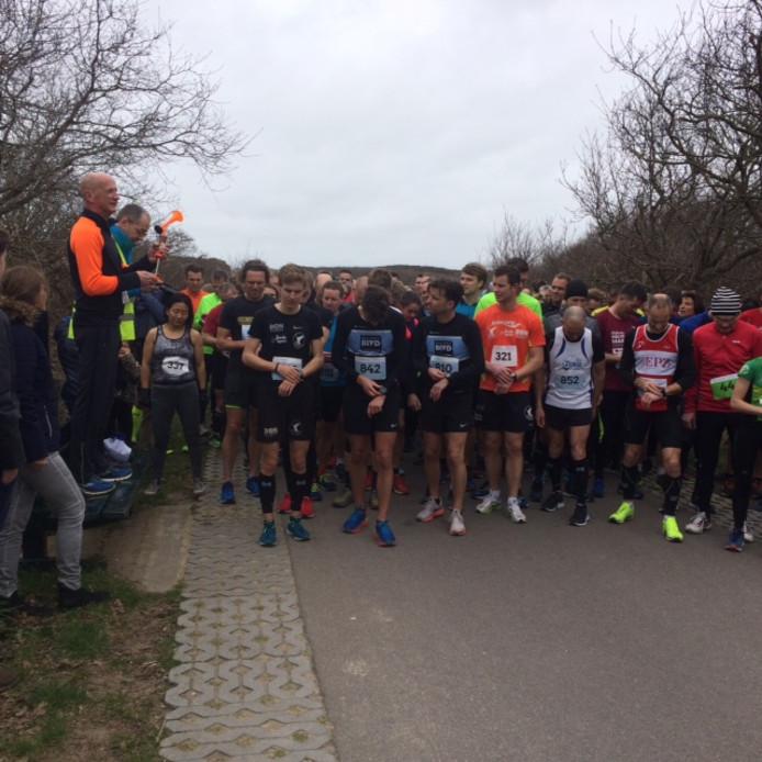 Een beeld van de start van de Massaloop, die werd gewonnen door Wouter Verstraate (links vooraan).