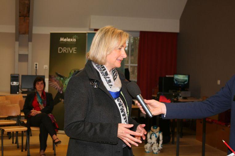 Veel persbelangstelling voor Minister Hilde Crevits, met lesgeefster Françoise Chombar op de achtergrond