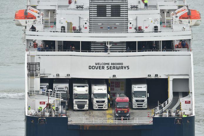 Vrachtwagens en passagiers aan boord van een veerboot in de haven van Dover.