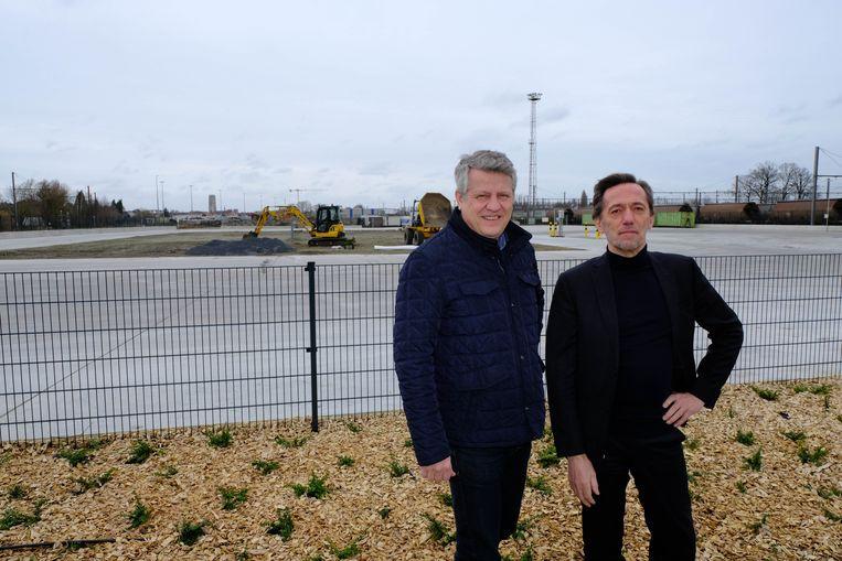 Voorzitter van Ivarem Koen Anciaux (Open Vld) en algemeen directeur Jos Boeckx bij het terrein langsheen de Leuvensesteenweg in Muizen.