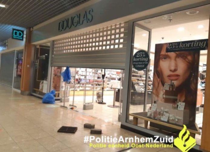 Parfumerie Douglas in Arnhem-Zuid eerder vandaag op politiebeeld.