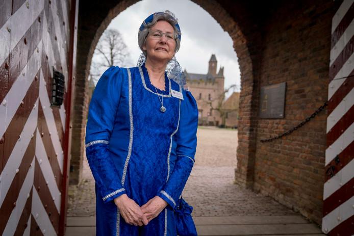 Riet Berends geeft in gepaste, historische kledij rondleidingen in Kasteel Doornenburg.